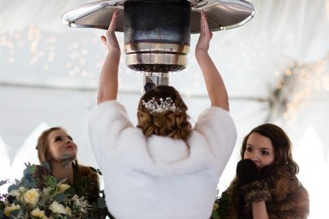 El fotógrafo de bodas David Clumpner, de Montana, grabó el escalofrío de una boda y una ceremonia en esta foto de calentamiento de la mano.