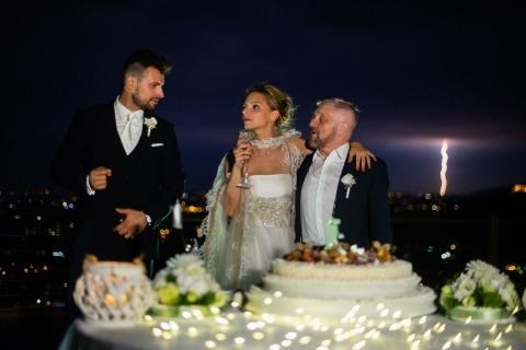 El brindis de recepción, afuera, por el fotógrafo documental de bodas Alessandro Di Noia de Brescia, Italia