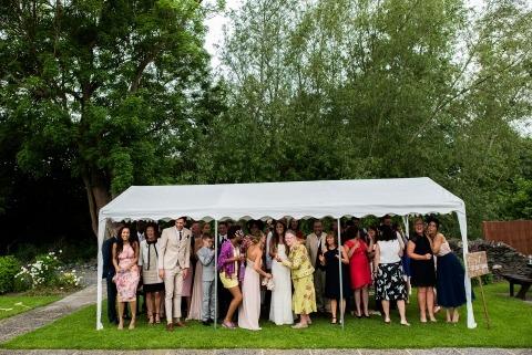 El fotógrafo de bodas del documental de Nottinghamshire, Martin Makowski, grabó esta carpa de recepción repleta durante una pequeña lluvia.