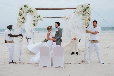 El fotógrafo de bodas Bernie Richardson de Emiratos Árabes Unidos luchó contra el viento y la arena para hacer esta gran foto durante los votos de la ceremonia de boda.