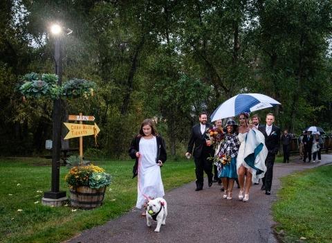 El fotógrafo de bodas de Colorado, Kent Meireis, a menudo tiene que hacer imágenes afuera en la lluvia en las bodas.
