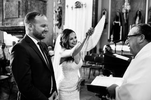 El fotógrafo de bodas Luis Efigénio, de Portugal, capturó el calor de una ceremonia en el interior de la iglesia con esta divertida imagen en blanco y negro.