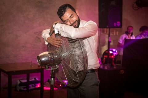 El clima llega en forma de calor, como lo ilustra el fotógrafo de bodas Sergio Bruno de Italia en esta foto del novio sudado abrazando a un fan.