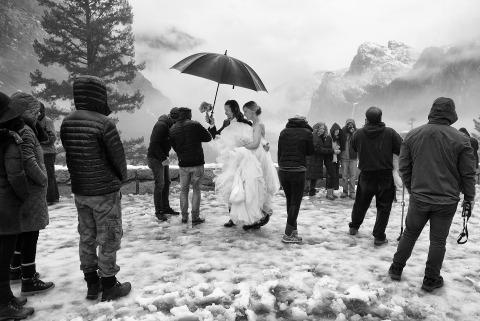 El fotógrafo de bodas Matt Theilen de California fotografía ceremonias de boda al aire libre en la nieve y en las montañas.
