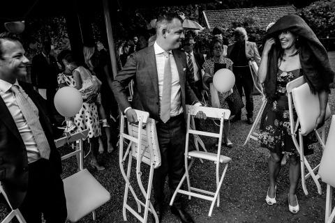 Los invitados a la boda se protegen de la lluvia. Foto por Philippe Swiggers de Vlaams Brabant, Bélgica