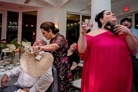 La fotógrafa de bodas de Florida, Julie Ambos, registra todo tipo de clima en sus bodas, incluido el calor.
