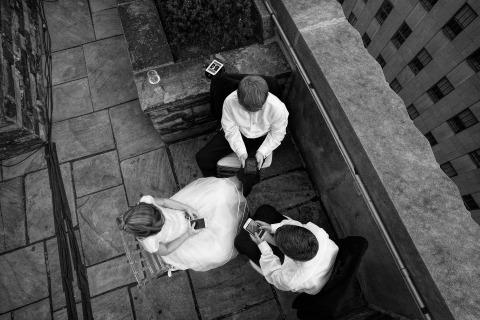 El fotoperiodista de boda Emin Kuliyev capturó a estos niños en una recepción de boda en Nueva York jugando en dispositivos electrónicos.