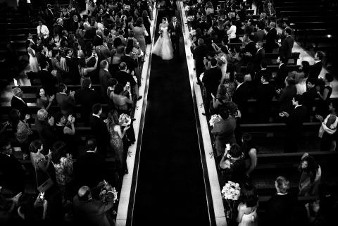 Lima, Perú Boda fotoperiodista Jamil Valle cautivó el pasillo de la iglesia durante la ceremonia.