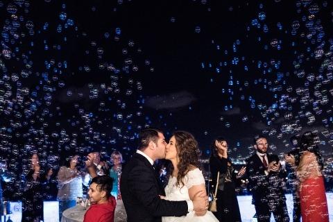 La fotoperiodista de bodas Elia Vaccaro de Caserta capturó a esta novia y novio en Italia bajo una lluvia de burbujas.