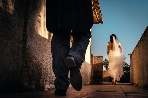 El fotógrafo del reportaje de bodas Dimitri Voronov de Girona, España, trabaja muy duro para que sus clientes de bodas documenten su día.
