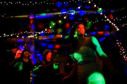 El fotógrafo de bodas Jacob Hannah de Vermont trabaja con algunas luces difíciles en la pista de baile en algunas recepciones de bodas.