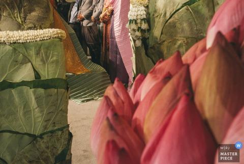 Het huwelijksfotograaf van Bangkok schiep dit artistieke beeld van grote bloemknoppen en groene bladeren