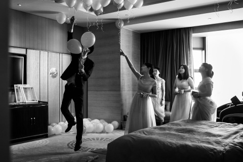Wedding Photographer Vinci Wang of Fujian, China shoots actual day weddings of balloon decorations in black and white