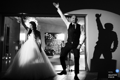Braga wedding photographer captured this black and white photo of the bride and groom doing a choreographed dance for their first one as a married couple