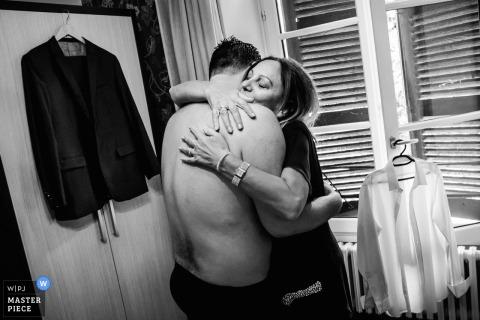 Deze zwart-witfoto van de bruidegom die zijn moeder omarmde voordat hij zijn pak en jas aantrok, werd gemaakt door een huwelijksfotograaf uit Montpellier
