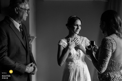 Le photographe de mariage de Rio de Janeiro a capturé cette photo en noir et blanc d'une épouse visiblement touchée par le cadeau que sa mère lui présente dans une boîte à bijoux