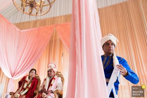 Le photographe de mariage de Chicago a capturé cette image des parents de la mariée, assis devant des rideaux roses