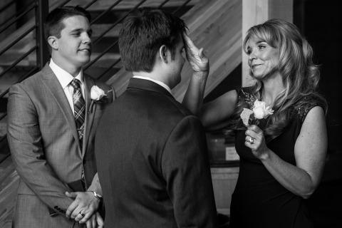 Photographe de mariage au Montana, David Clumpner a capturé un moment tendre du marié et de sa mère.
