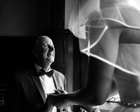 Le photographe de mariage britannique Wayne La, de Londres, réalise des images documentaires comme celle de la mariée avec son père sous un jour bien éclairé.