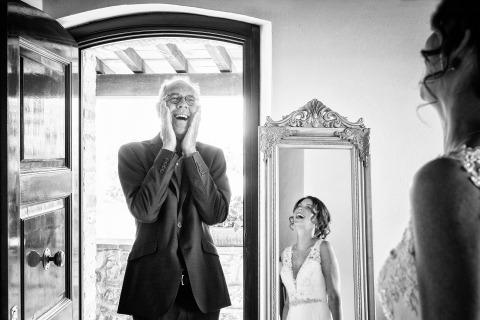 Arezzo, Italie Le photographe de mariage Fabio Mirulla a eu cette réaction merveilleuse lorsque le père a vu la mariée pour la première fois.