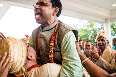 NJ Wedding Photographe Lauren Brimhall capte les éclats de rire lors d'une cérémonie de mariage indienne avec le marié et son père.
