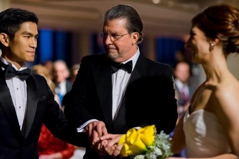 La photographe de mariage à Boston, Nicole Chan, a documenté le père de la mariée en train de donner sa fille lors de la cérémonie.