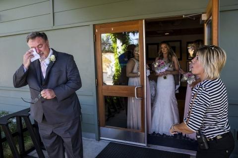 Le photographe de mariage à Washington, Scott Schoeggl, a capturé ce père de la mariée en essuyant des larmes avant de promener sa fille dans l'allée de la cérémonie.