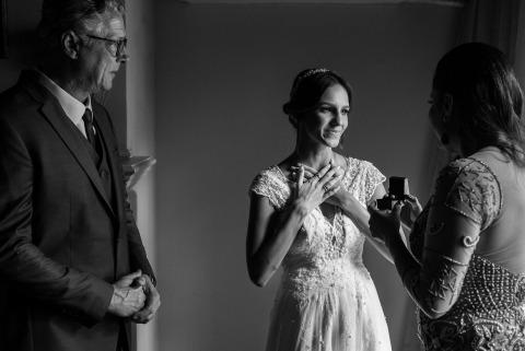Rio de Janeiro, Brésil La photographe de mariage Clara Sampaio montre à la mariée un cadeau des parents.
