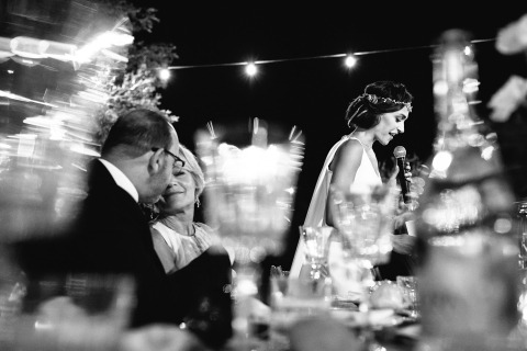 Photographe de mariage en Italie, Julian Kanz peut faire des photos intéressantes et créatives pendant les discours, comme celle de la mariée avec ses parents.