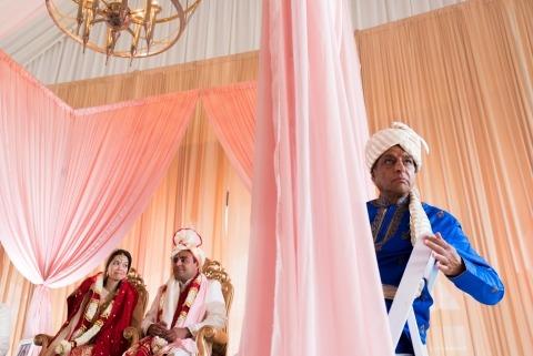 Photographe de mariage en Illinois, Candice C. Cusic a documenté le père de la mariée lors de la cérémonie de mariage indienne à Chicago.