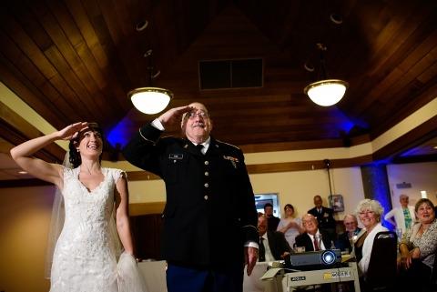 Photographe de mariage au Vermont, Jacob Hannah a documenté ce militaire père de la mariée avec sa fille lors de la réception de mariage.