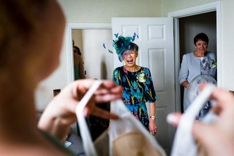 Photographe de mariage dans le Hertfordshire, Paul Rogers a photographié cette épouse avec sa mère lors de la séance de préparation.