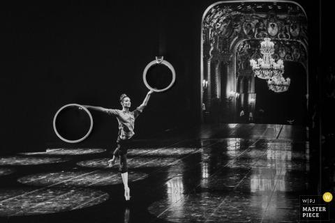 Deze zwart-witfoto van het dansende ballet in het midden van een lege hal terwijl de levensgrote afbeeldingen van de bruidsreeks werden vastgehouden, werd vastgelegd door een huwelijksfotograaf uit Frankrijk.