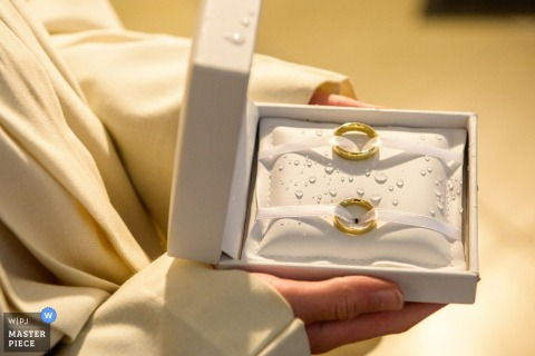 Munich wedding photographer captured this detail shot of the wedding bands in a water droplet covered box