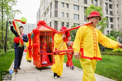 Photo of the bride in a red palanquin by a Hangzhou wedding photographer.