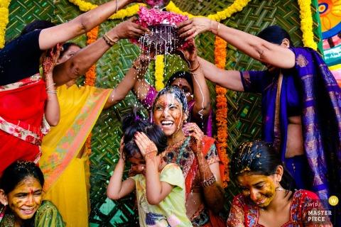 Kobieta i młody chłopak biorą udział w ceremonii kulturalnej na tym zdjęciu autorstwa fotografa ślubnego z Tamil Nadu w Indiach.