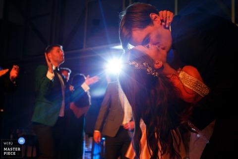 Foto del novio bañando a la novia y besándola como un haz de luz a través de un fotógrafo de bodas de Bucarest, Rumania.