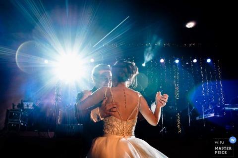 Narzeczeni tańczą razem, gdy za nimi świeci światło na tym zdjęciu fotografa ślubnego z Limy w Peru.