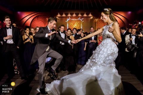 Photo des mariés dansant sur la piste de danse sous les yeux d'un photographe de mariage à Rotterdam.