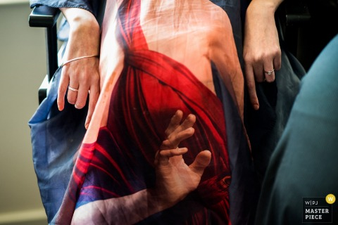 Führen Sie das Foto der Braut einzeln auf, die eine Schürze mit einer Hand trägt, die auf ihr gedruckt wird. Aufgenommen von einem Nottinghamshire-Hochzeitsfotografen.