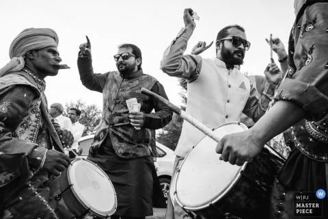 De gasten dansen op het ritme van mannen die drummen in deze zwart-witfoto van een huwelijksfotograaf uit Montpellier.