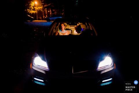 Na zdjęciu obok fotografa ślubnego z Charleston, SC można zobaczyć nocnego pana młodego i pana młodego siedzącego w samochodzie.