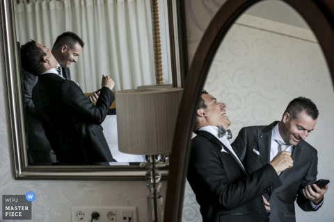 Twee spiegels leggen verschillende hoeken vast van twee mannen die op deze foto praten en lachen door een huwelijksfotograaf uit Montpellier.