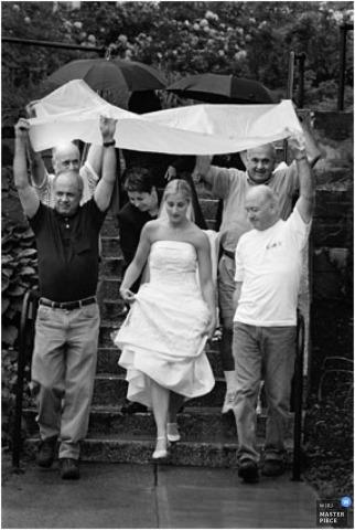 Atlanta-Vorzeremonie schoss von der Braut, die in den Regen hereinkommt