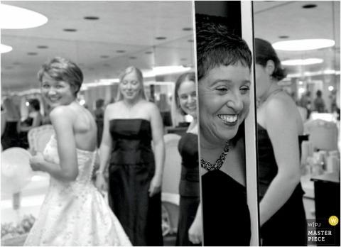Baltimore moeder van de bruid kijkt van achter spiegels naar de bruid in haar jurk