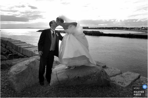 ATL Braut und Bräutigam küssen am Wasser