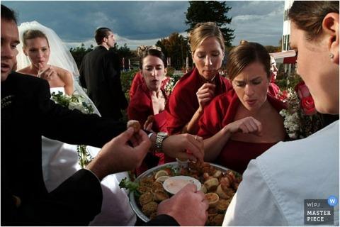 Während dieses Empfangs im Freien werden der Brautparty und der Braut Vorspeisen serviert