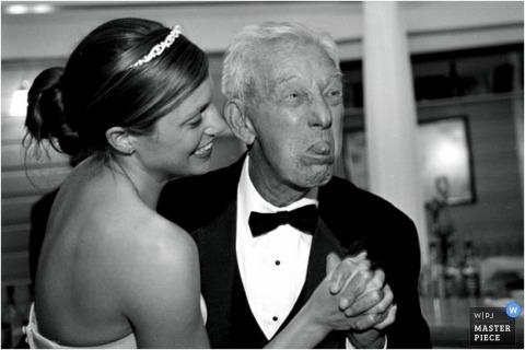 De bruid danst met de heer zijn tong uitsteekt