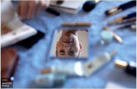 MD bruiloft prep met bruid weerspiegeld in de hand spiegel