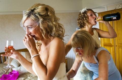 Mariée se prépare par le photographe de mariage David Pullum de Londres - WPJA